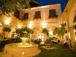 El meson courtyard night time